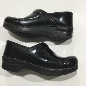 Dansko black patent leather clogs sz 7/ 38